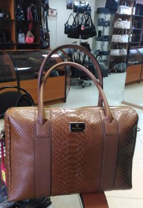 Где купить  b сумку из натуральной кожи  b  Eminsa, 8 900 рублей, в коричневом цвете