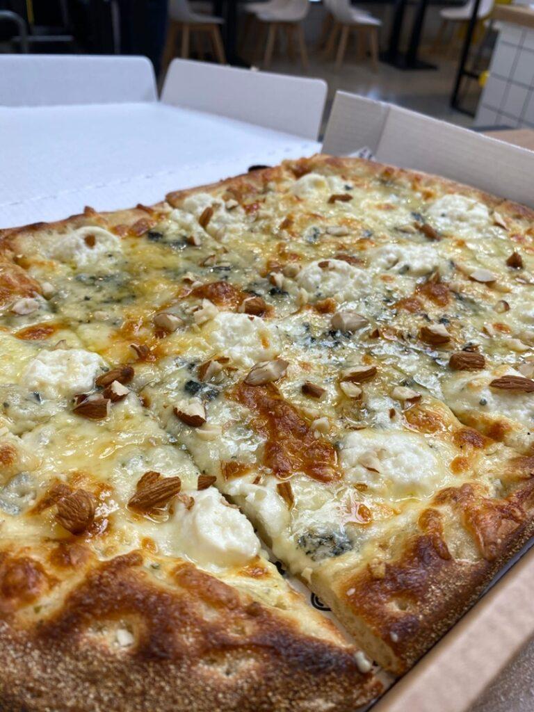 Думаю  что жители Саранска съедают около 40 50 тысяч пицц в месяц