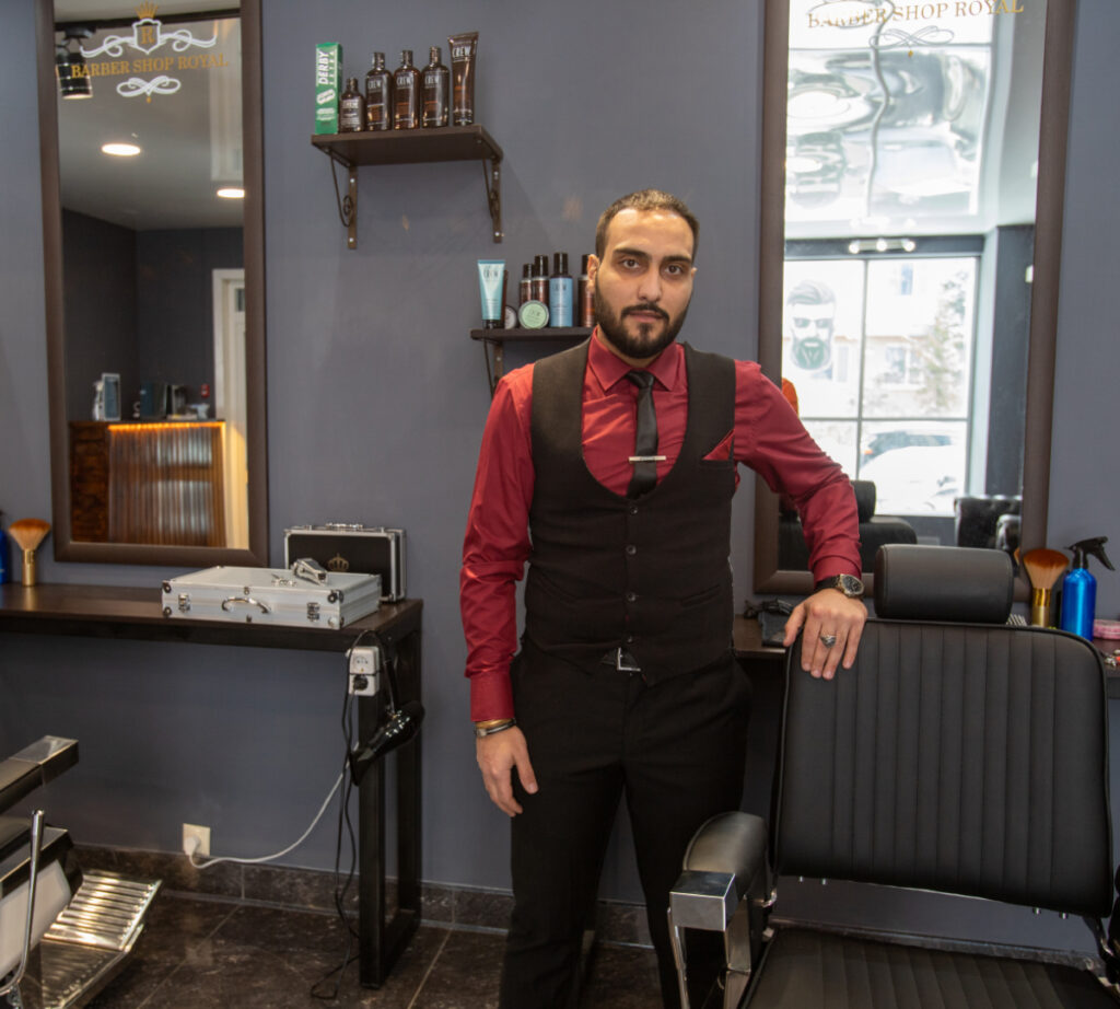b  Главное  чтобы все мужчины были красивые  а все парикмахеры   богатые    b  кто открывает барбершопы в городе