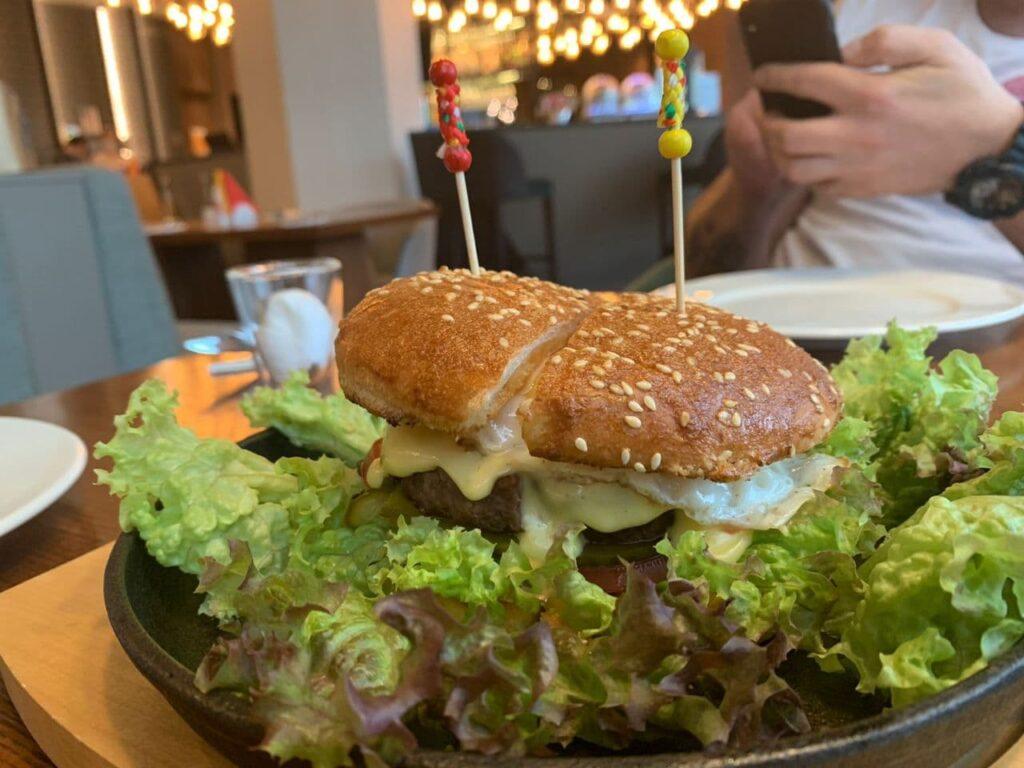 b Между хлебом и хлебом   b  топ 10 мест  где можно попробовать бургеры в Саранске