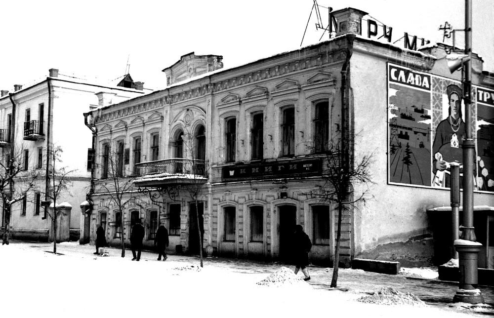 b Старый   новый     b  Саранск Гостиница «Россия», где в сентябре 1869 года останавливался Лев Толстой, будучи в Саранске проездом. Расположена она была на улице, которая раньше называлась Московской, а теперь носит имя, как ни странно, Льва Толстого. Автор фото — Борис Бахмустов