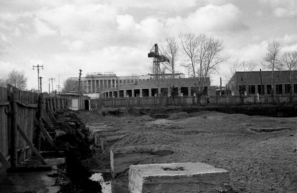 b Старый   новый     b  Саранск Вид на университет с точки, на которой строится Дом Быта. Стадион, много позже получивший название «Светотехника», тоже ещё не сдан. Автор фото — Борис Бахмустов