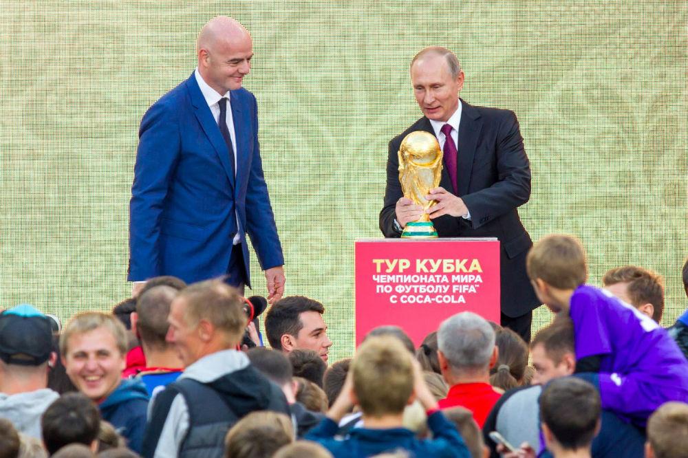 Вам потрогать кубок не дадут, на время мероприятий его закрывают пуленепробиваемым стеклом. Фото с сайта https://www.coca-cola.ru/football/