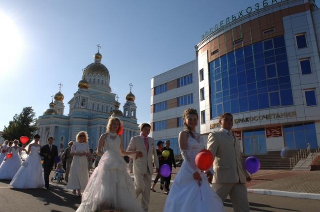 Для июньских невест будут актуальны белые кеды: обходить все мосты и памятники горда на высоких каблуках - плохая примета