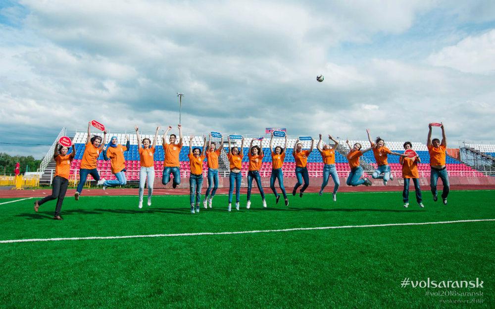 Стать частью самого грандиозного спортивного события года можно в любом возрасте: в Волонтерском центре в свои ряды принимают как школьников, так и пенсионеров.