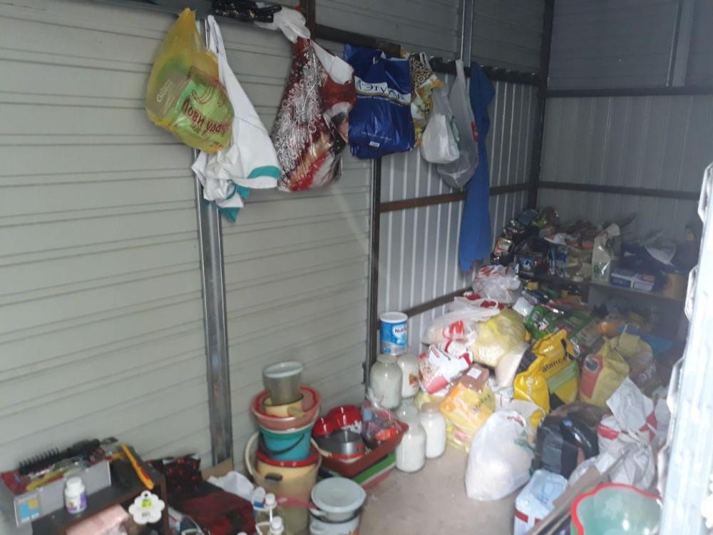 Еду для животных привозят волонтеры и неравнодушные граждане. Государство выделяет корм только на собак: крупы и мясные продукты. На кошек ничего не выделяется.