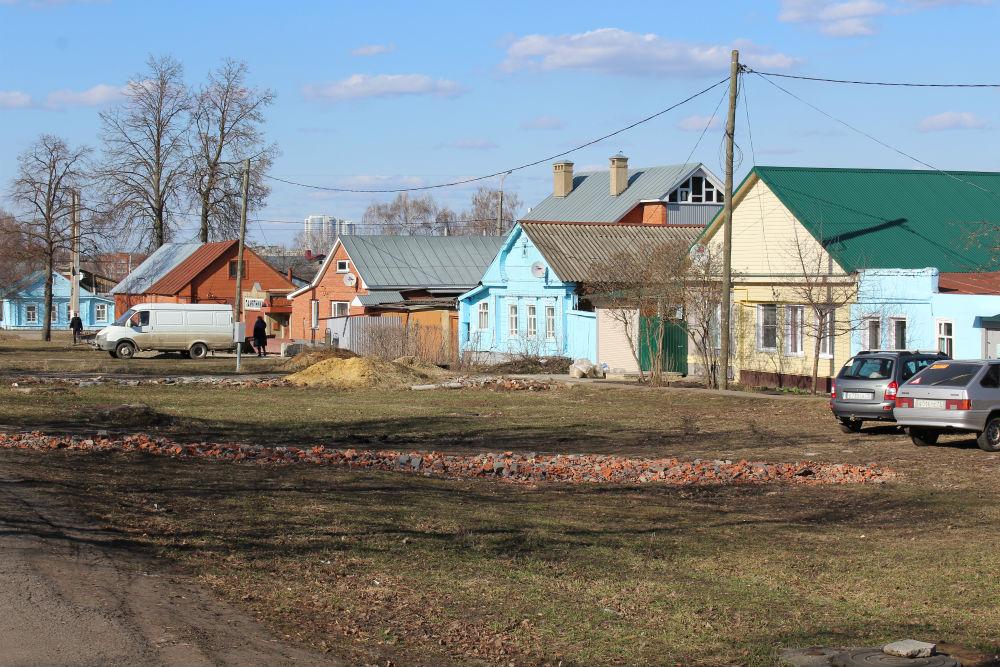 Надеревенской улице все дома разные, они раскрашены вяркие цвета, отделаны наличниками ирезьбой— кто вочто горазд