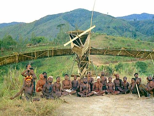 Туземцы ждут, пока железная птица с небес дарует им что-нибудь полезное